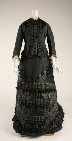 Mourning dress ca. 1880 via The Costume Institute of The Metropolitan Museum of Art 1880s Fashion, Victorian Fashion, Vintage Fashion, Victorian Era, Victorian Costume, French Fashion, Historical Costume, Historical Clothing, Vintage Dresses