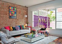 A designer Ana Maria Mouawad Queiroga espantou a impessoalidade que tanto a incomodava na casa. Na área social, tacões de ipê substituíram o piso frio de porcelanato. Descascada, a parede da sala expõe os tijolos originais dos anos 60. 50 salas pequenas e cheias de estilo - Casa