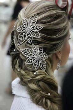 Perfect hairstyle for a winter wedding! Reminds me of frozen!