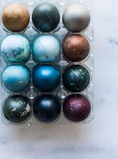 Glædelig påske allesammen. Jeg har tilbragt påsken med min familie i jylland og meget af tiden er gået med mit farve-æg-påske-projekt. Jeg fik pludselig en fiks idé efter at have set disse smukke æg, og besluttede selv at gå i gang. Æggene er både sjove at lave, og så er de super dekorative – hvis …