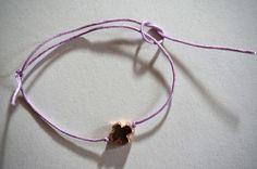 Sind sie nicht niedlich? Meine neuen DIY Armbänder mit verstellbaren Knoten. Der Vorteil an dieser Art von Knoten: man braucht keinen Verschluss! Und solltet ihr die Armbänder der besten Freundin sche