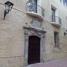 Verano en la ciudad. El antiguo palacio de la Inquisición en la Plaza de Santa Cruz #zaragozaguia #zaragoza #regalazaragoza #zaragozapaseando #zaragozaturismo #zaragozadestino #miziudad #zaragozeando #mantisgram #magicaragon #loves_zaragoza #loves_aragon #igerszaragoza #igerszgz #igersaragon #instazgz #instamaños #instazaragoza #zaragozamola