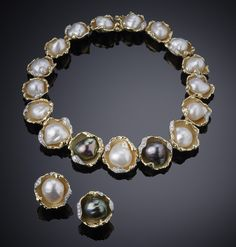 Grima necklace and earclips with baroque pearls, held in yellow gold and diamond oyster shells , 1972