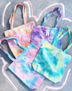 Initial Tie-Dye Totes, perfect for besties and bridesmaids! Diy Tie Dye Techniques, Tie Dye Bags, Tie Dye Party, Tie Dye Crafts, How To Tie Dye, Diy Tote Bag, Tie Dye Outfits, Custom Tote Bags, Tie Dye Shirts