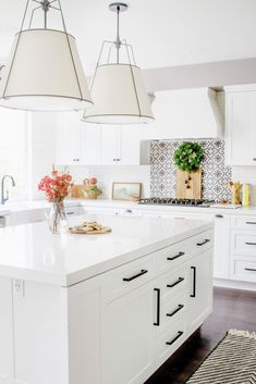 White Modern Kitchen Decorated for Christmas | This kitchen features traditional shaker cabinets and a beautiful white quartz countertop with rustic black kitchen pulls. #whitekitchen #shakercabinets
