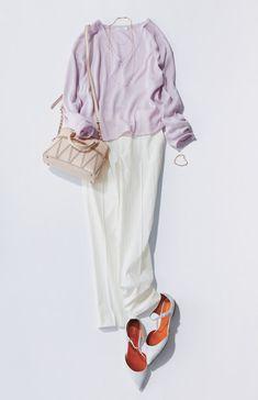 ピンクトップス×白パンツ ピンク色のVネックのトップスに白パンツを合わせて清楚感漂うコーデに。華奢なアクセサリーを合わせて女性らしさとリッチ感をプラスして。
