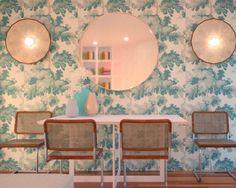 Otro #ProyectoEbom: os presentamos un comedor cuyo protagonista es el papel con gran estampado vegetal que crea un gran impacto de la estancia. . . . . Link en bio! . . .  #ebomworld #deco #decoracion#home#interiordesign #livingroom  #plantslover #plantsdecor #greendecor
