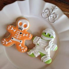 Halloween sugar cookies for 2019 that'll cast a spooky spell on you - Hike n Dip Make your Halloween special by baking some Halloween Cookies. Here are the best Halloween Sugar cookies ideas and royal icing decorations for your inspo. Halloween Desserts, Bolo Halloween, Pasteles Halloween, Halloween Cookies Decorated, Halloween Sugar Cookies, Theme Halloween, Halloween Party Snacks, Halloween Goodies, Decorated Cookies