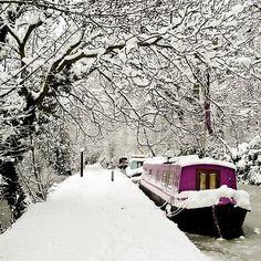 Een 'canal boat' huren in de winter! - Snowy canal boat by ZedBee Winter Szenen, I Love Winter, Winter Magic, Winter Fairy, Winter Walk, Winter Trees, Composition Photo, Especie Animal, I Love Snow