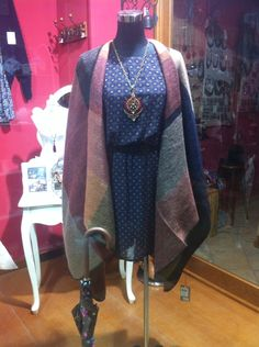 Ideas para combinar el poncho-mancha estilo Buberry. Perfecto con vestido.  Unos botines y es ideal.