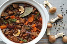 Kalkoenstoofpotje met wortelen en champignons - www.truitjeroermeniet.be Healthy Alternatives, Pot Roast, Slow Cooker, Main Dishes, Chicken Recipes, Good Food, Dinner Recipes, Food And Drink, Veggies