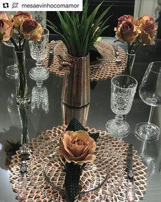 Aquela mesa que encanta, acompanhada de uma legenda que inspira. A Cris arrancando suspiros nessa noite linda de… Dresser La Table, Table Setting Inspiration, Brunch Table, Elegant Dining, Art Deco Wedding, Dinning Table, Table Arrangements, Decoration Table, Floral Centerpieces