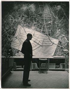 Luis Barragán en su estudio con la urbanización de Jardines del Pedregal  Luis Barragán in his studio, with a wallpaper and a draft of the Jardines del Pedregal urban layout