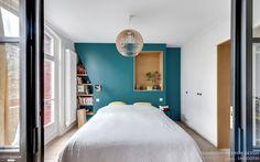 Ce mur bleuté dans lequel des niches ont été creusées est la pièce maîtresse de la chambre
