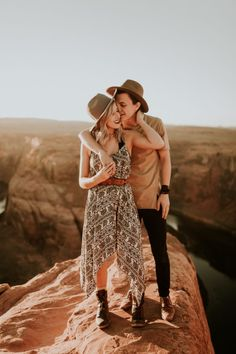 Engagement Photography Jaw-Dropping Destination Engagement Session at Horseshoe Bend - These destination engagement photos features stunning Arizona landscapes, trendy outfits, and so much newly-engaged love. Mountain Engagement Photos, Engagement Photo Outfits, Engagement Photo Inspiration, Engagement Couple, Engagement Pictures, Engagement Session, Engagements, Country Engagement, Fall Engagement