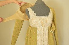 Este es el tercer diseño que he creado a través de la evolución de mis vestidos de estilo regencia muy populares. Se trata de un completo vestido con una chaqueta de tipo Spencer recortada, alineado completamente. La porción de la falda del vestido es creada para dar la ilusión de que la chaqueta es un estilo de vestido túnica abierta. Mediante el diseño de esta manera, da el vestido un recurso más cómodo y usable. Si este vestido no es su tamaño, que pueda a medida que uno sólo para ti!  Ya…