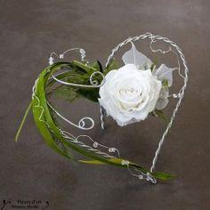 Un porte alliance original réalisé artisanalement en fleur naturelle stabilisée. Porte-alliances cœur en cadeau souvenir de mariage avec rose blanche stabilisée