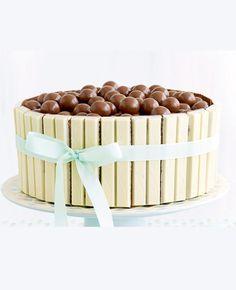 Of je nu een beginnend bakwonder bent of een gevorderde: warm de oven maar op voor deze overheerlijke Malteserstaart! Ingrediënten (voor 10 personen) 2 zakjes kant-en-klaar chocoladecakedeeg 100 g boter 200 g bloemsuiker 12 witte KitKat-repen 3 zakjes Maltesers Bereiding Smeer een