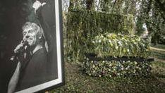 Petr Kellner měl o víkendu pohřeb, obřadu se zúčastnili pouze jeho nejbližší Petra, Snowboarding, Polaroid Film, Celebrity, Snow Board, Celebs, Famous People, Snowboards