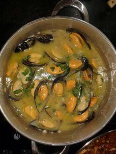 Mejillones en salsa verde receta básica deliciosa y económica Atıştırmalıklar Slow Food, Salsa Verde, Tapas, Bon Appetit, Food Dishes, Seafood, Curry, Food And Drink, Fish