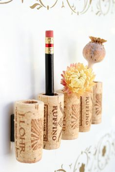 Wine Cork Magnets DIY Set of 5 Right now I have my old corks glued with silk flowers and tack board push pins. So every thing that goes onto my cork boards has different flowers. Wine Craft, Wine Cork Crafts, Wine Bottle Crafts, Wine Cork Art, Wine Cork Projects, Diy Projects, Wine Bottle Corks, Bottle Candles, Diy Magnets