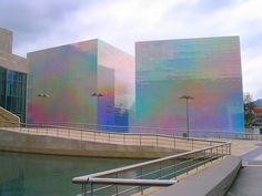 Hiro Yamagata, Quantum Field - X3. Guggenheim Bilbao, holographic panels that reflect and refract visible light frequencies.