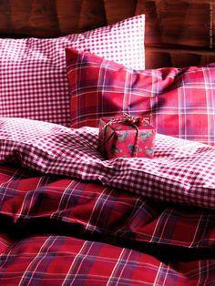 Jul på IKEA 2013: Bäddat för jul med ANNBRITT påslakan, LIAMARIA påslakan, litet paket gjort av SNÖMYS presentpappersrulle och SNÖMYS band.
