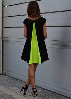 robe noire trapèze, avec une touche de couleur dans le dos