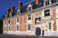 Château important château médiéval du Val de Loire (Loir-et-Cher) profondément restructuré par Louis XII et qui constitua le premier grand monument du règne de François Ier.
