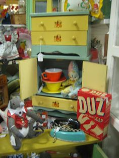 C. Dianne Zweig - Kitsch 'n Stuff: Using Children's Doll Cupboards To Display A Variety of Small Antiques And Collectibles