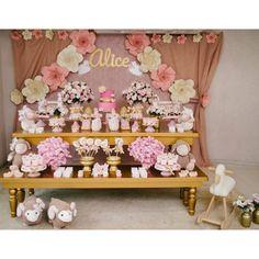 """By Priscylla Brasileiro no Instagram: """"Hoje, a Nanda do blog @meudiadmae fez um chá de apresentação para a sua pequena Alice. A decoração, com o tema Ovelhinha ficou linda  Foto: @nathaliacarvalhofotografia Decoração @fatimabeloboutiquedeeventos Personalizados e flores: @delmareeventos Buffet: @ateliedocemaria Móveis: @benditafestaria Beijinhos: @verabarrosbeijosfinos Doces de ovelhas e pirulitos @mcakedesignbr Algodão doce: @otabuleiro Bolo @de_acucar Artigos de festa @lojatemfesta Vestido"""