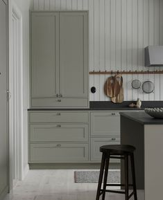Hand-painted Scandinavian shaker kitchen in the home of Made by us 🌱 Swedish Kitchen, Nordic Kitchen, Cheap Wall Decor, Cheap Home Decor, Interior Design Living Room, Room Interior, Interior Paint, Grey Shaker Kitchen, Glass Kitchen