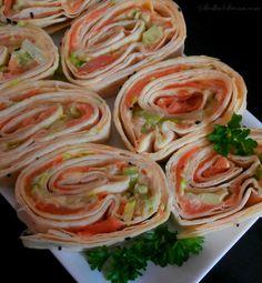 Roladki z Tortilli na Zimno z Łososiem Wędzonym i Awokado - Przepis - Słodka Strona Tacos, Spaghetti, Mexican, Ethnic Recipes, Party, Parties, Noodle, Mexicans