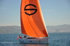 Unsere SUNBEAM 40.1 gibt es seit diesem Jahr mit neuem Interiordesign, auf dem Wasser macht unser eleganter Luxury Cruiser sowieso eine gute Figur 😉 Interiordesign, Surfboard, Sailboats, Sailing, Sporty, Water, Figurine, Vacation, Surfboards