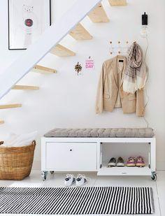 ¡No sin mis zapatos!- Micasarevista Living Pequeños, Staircase Storage, Entryway Decor, Modern, Sweet Home, House Design, Interior Design, Bed, Furniture
