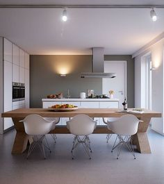 Wauw! Mooie keuken, stoere tafel en een prachtige kleur op de muur! Totaal plaatje klopt helemaal!