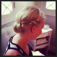 How To's-day: Do-It Yourself Grecian Hairstyle // This is genius!