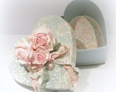 Shabby Chic furniture and style of decor displays more 'run down' or vintage items, or aged furniture. Shabby Chic is the perfect style balanced inbetween vintage and luxury, or '… Shabby Chic Boxes, Shabby Chic Vintage, Style Shabby Chic, Shabby Chic Crafts, Vintage Box, Vintage Heart, Cajas Shabby Chic, Manualidades Shabby Chic, Organizer Box