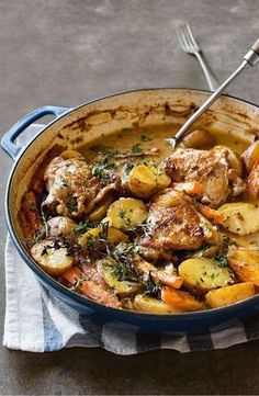 Treat you and your guests to a hearty dinner with this french style chicken dinner recipes French-style chicken and potatoes One Pot Meals, Easy Meals, Healthy Family Dinners, Family Recipes, Family Meals, Chicken Potatoes, Chicken Potato Bake, Chicken Potato And Carrot Recipe, Potato Food