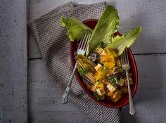 Arab tofu ragu - salátával | Gyorsan elkészíthető, tápláló, ám könnyed finomságra vágysz? Arab tofu ragunk ezt kínálja neked, amit az idénynek megfelelő salátával tálalunk. A tofu érdekes, visszafogott íze és a zöldségek karakteressége, illetve színe az ízélmény mellett a szemet is gyönyörködteti. Ha te is rajongója vagy a vitamindús tofunak, akkor azért, ha még ismerkedsz vele, akkor pedig azért ajánljuk! Jó étvágyat kívánunk! Tofu
