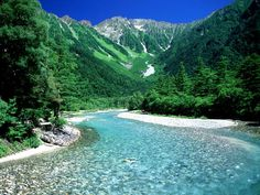 Wondering about where to experience the best hiking in Japan? Explore the mountains of Yakushima and Kamikochi and plan your journey today. Beautiful World, Beautiful Places, Beautiful Pictures, Parc National, National Parks, Kamikochi, Natural Scenery, Natural Park, Great View