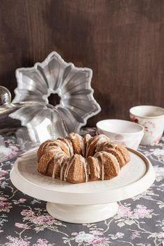 Bundt cake de café sobre stand para tartas Atacamos de nuevo con un preciosísimo Bundt cake de café para el Día Internacional del Bundt Cake, una receta procedente de este blog, que es facilísima y rápida de hacer. Y a los amantes del café les...