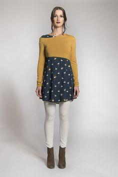 Tunique à manches longues de style chic et décontracté. Haut en tricot doux uni et bas en tissé à motifs. Effet de faux par-dessus asymétrique avec rappel...