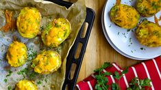 Začátkem podzimu jsou brambory vnejlepší kondici, zkuste je tentokrát naplnit. Můžete je podávat jako luxusní přílohu, když se chcete vytáhnout před návštěvou, nebo smísou zeleninového salátu jako lehkou večeři pro rodinu. Věřte tomu, že roztavený sýr akřupavá slanina dokážou odehnat ilehké chmury. Zucchini, Eggs, Vegetables, Breakfast, Fit, Recipes, Meal, Breakfast Cafe, Food