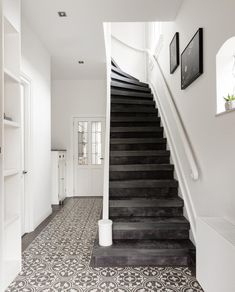 Interior Home Design Trends For 2020 - New ideas Hallway Coat Rack, Closet Storage Systems, Brown Home Decor, Stair Decor, Simple Interior, House Entrance, Entrance Hall, Hallway Decorating, Luxury Living