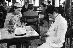 Existia celular nos anos 1940? Claro que não! Aqui, um flagra de Débora Nascimento e Eriberto Leão no intervalo de uma gravação. (Foto: Inácio Moraes / Gshow)