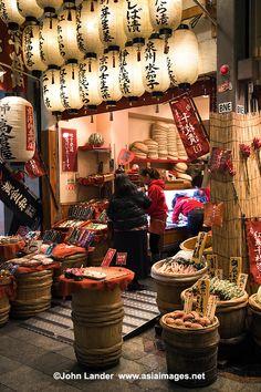 """""""Kyoto's Kitchen"""" Nishiki Market, Japan Fachada de Lojas Japanese Culture, Japanese Art, Japanese Geisha, Japanese Kimono, Japanese Shop, Japanese Street Food, Kyushu, Nagoya, Osaka"""