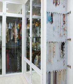 os melhores closets   Super bacana pendurar os colares nas laterais dos armários…