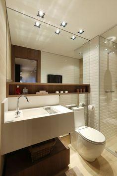 Lavatório e sanita na mesma parede: - espelho até ao chão - remate do espelho junto à sanita