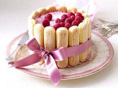 Málnás Charlotte torta csinosan   400g málna 1 citrom leve 8 lap színtelen zselatin 500 g Mascarpone  100g cukor 200g tejszínhab 16-20 babapiskóta szelet
